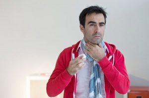 Горло может болеть при опеке или механическом повреждении, а также при аллергии и курении