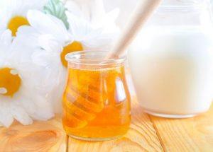 Молоко и мёд - это невероятно полезная вкусность для горла, которая практически моментально устраняет першение и неприятные ощущения
