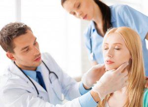 Если боль в горле сопровождается сыпью, не проходит после пары дней интенсивного лечения или мешает открыть рот, то следует немедленно обратиться к врачу