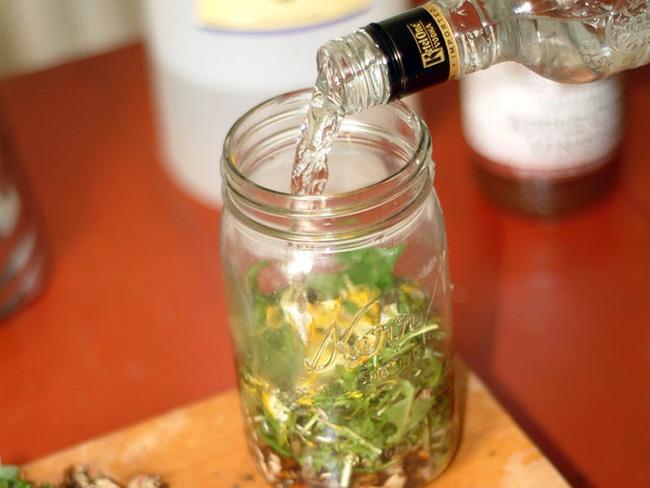 Настойка чистотела на водке (спиртовый настой), применяют для лечения болезней печени, желудка, повышения иммунитета, улучшения аппетита, для устранения полипов и при раковых заболеваниях