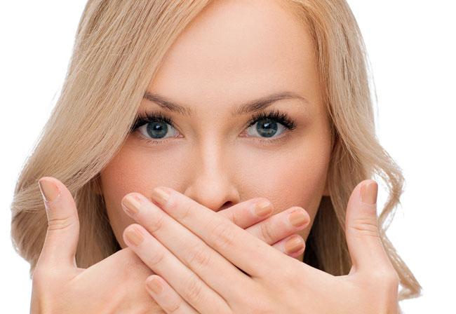 Если в зимний период на губах появились трещины, то обильная смазка губ цинковой мазью, поможет справиться с недугом