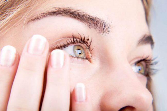 По утрам пациент может увидеть серо-желтое, мутное отделяемое, из-за которого трудно раскрывать глаза