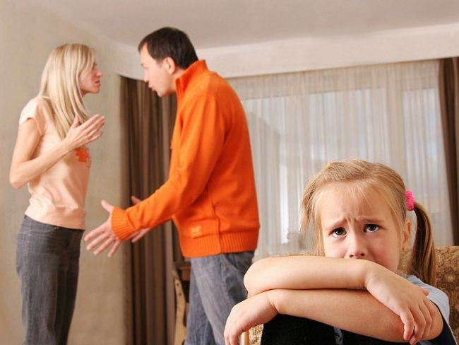 Начав выяснять отношения в присутствии ребенка, помните о том, что это может стать причиной психических проблем у него в будущем