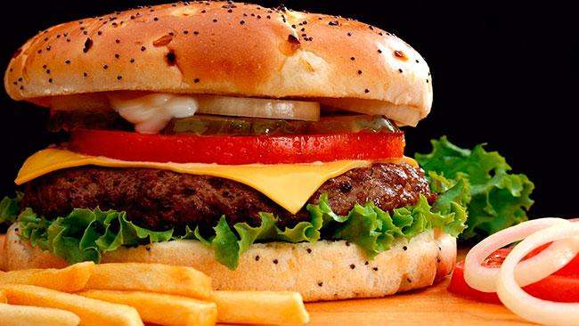В первую очередь пациенту рекомендуется пересмотреть свой рацион питания и исключить жареные и копченые продукты, пищу с высоким содержанием животного жира, а также уменьшить количество потребляемой соли и сахара