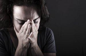 Женщина в состоянии депрессии ощущает апатию, надломленность и нежелание что-либо делать