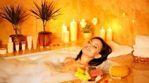 Расслабляющие ванны с эфирными маслами - один из самых приятных методов лечения депрессии