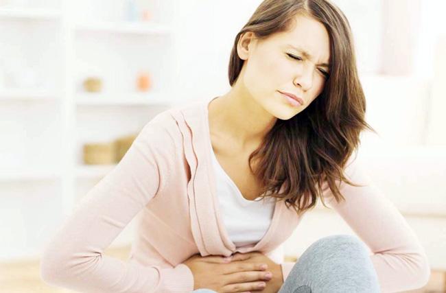 Диарея сопровождается частыми позывами к опрожнению кишечника, болями в животе, повышенной тепературой, тошнотой и рвотой, метеоризмом и вздутием