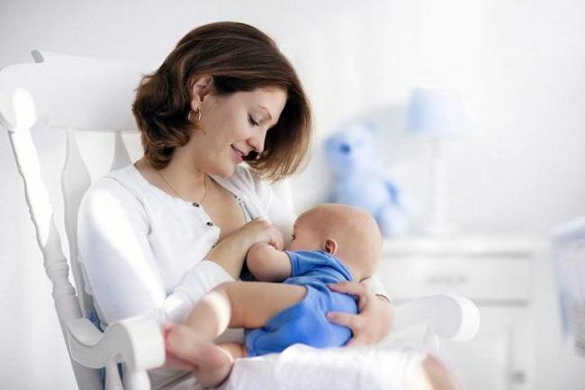Новорожденным начинают вводить прикорм не ранее, чем через 6 месяцев после рождения, в период грудного вскармливания мать должна придерживаться гипоаллергенной диеты