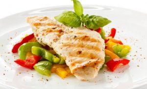 Куриное филе вместе с овощами - отличный пример обеда из диеты Дюкана