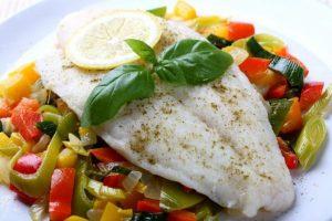 И рыба, и мясо должно быть с минимальным количеством жира, т.е. рыба только нежирных сортов, а мясо без прожилок жира и кожи.