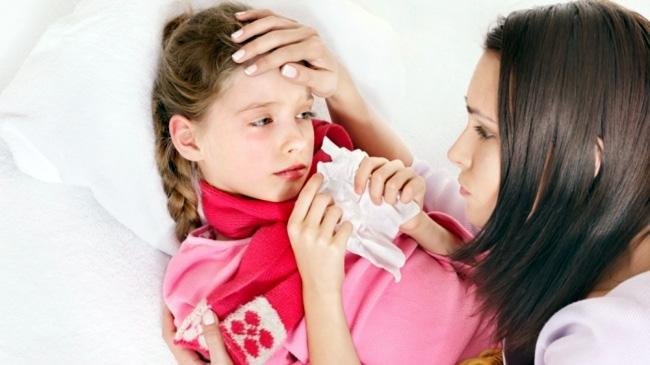 Дифтерия сопровождается такими признаками как головная боль, повышение температуры тела до 38-39 °C, бледность кожи, лихорадка, боль в горле, затрудненное глотание
