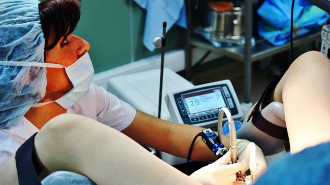 При дисплазии шейки матки 2 степени, лечение осуществляется хирургическими методами