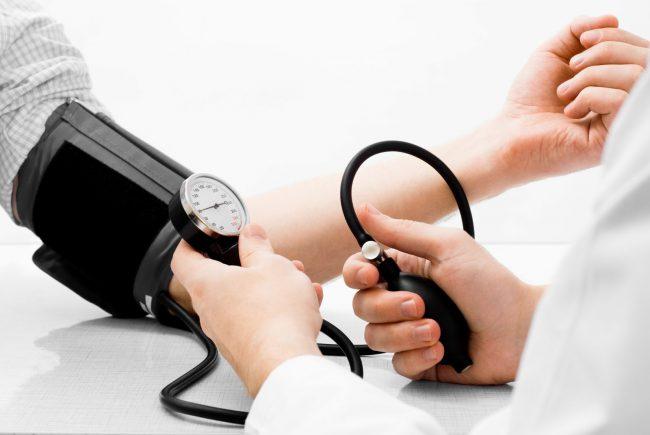 Энап постепенно понижает артериальное давление, не вызывает увеличения минутного объема и ЧСС