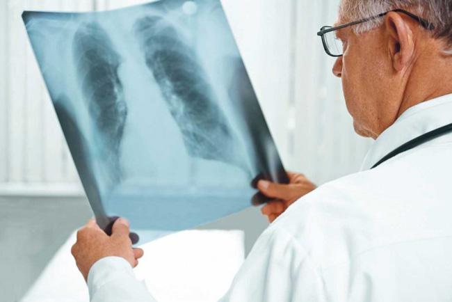 В случае, когда гемангиома не представляет опасности, лечение не назначают и ограничиваются наблюдением