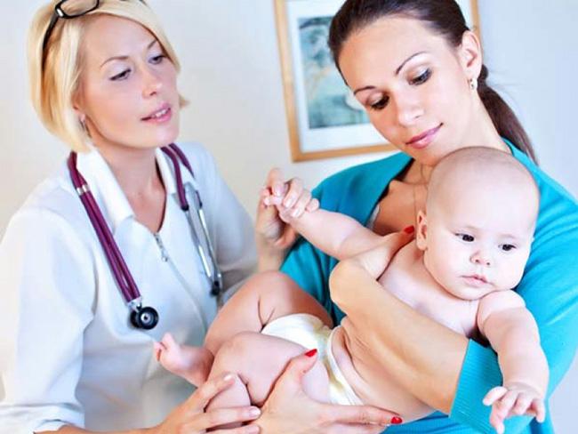 При появлении признаков гидроцефалии у ребенка, необходимо обратиться к педиатру