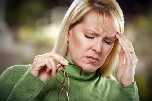Гидроцефалия характеризуется резким снижением интеллекта, активности, инициативности, сбоем режима сна и бодрствования, снижением зрения, ухудшением внимания. При появлении перечисленных симптомов необходимо обратиться в врачу