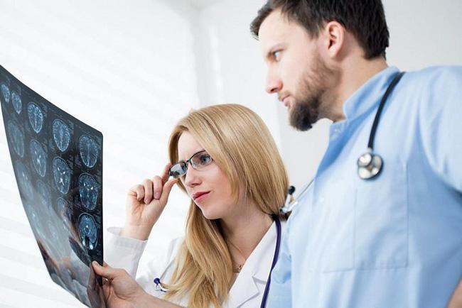 Перед началом лечения Гидроцефалии проводят неврологическое обследование и диагностические нейровизуализационные мероприятия