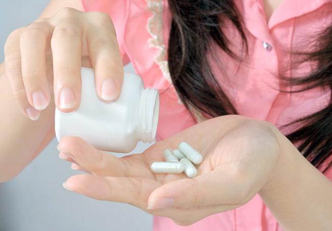 Максимальная дозировка препарата до 2000 мг, пьют препарат до трех раз в день с едой или после нее для уменьшения степени негативного воздействия на органы ЖКТ