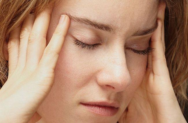 Головная боль в висках может возникнуть из-за суровых диет или длительных голоданий