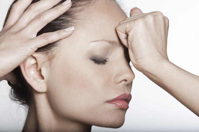 Избавиться от головной боли можно не только с помощью обезболивающих, но также с помощью массажа или холодного компресса