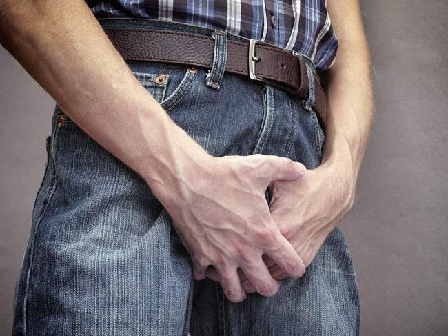 Гонорея у мужчин имеет такие проявления: жжение при мочеиспускании, выделение гноя при нажатии на головку члена, частые позывы к мочеиспусканию