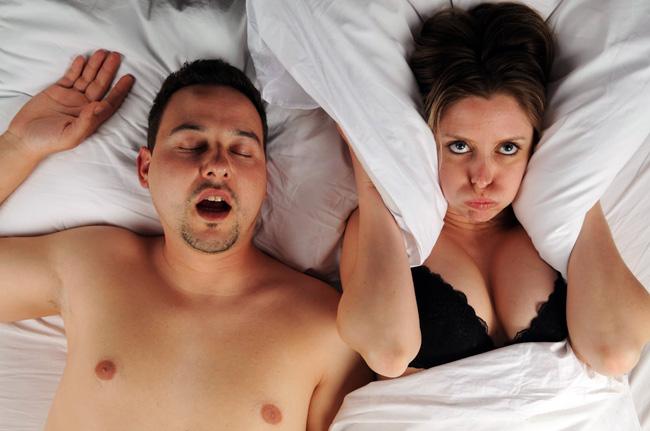 Мужской храп частое явление, он не только доставляет дискомфорт окружающим, но и опасен для здоровья мужчины и может иметь серьезные последствия
