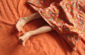 Как проявляется синдром беспокойных ног и чем его лечить?
