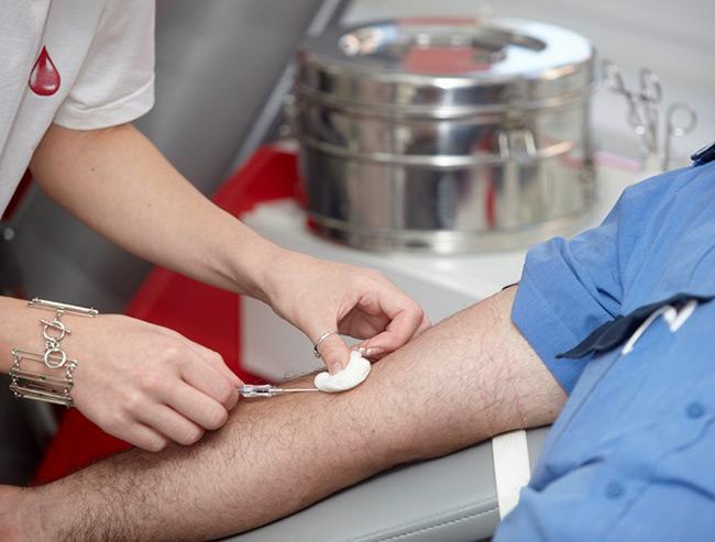 Для более достоверных результатов рекомендуется сдавать кровь натощак, а за две недели до исследования необходимо отказаться от приема антибиотиков и противовирусных препаратов