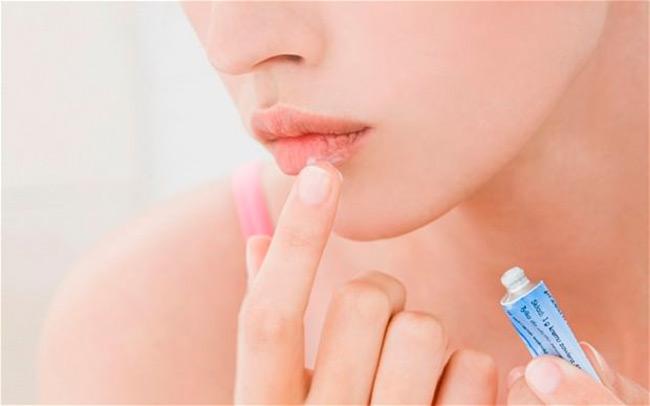 Ихтиоловая мазь поможет устранить кожный зуд, смягчить процессы ороговения кожи, улучшить ее эластичность и усилить процессы регенерации