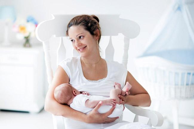 Один из способов справиться с икотой у новорожденного - покормить грудью