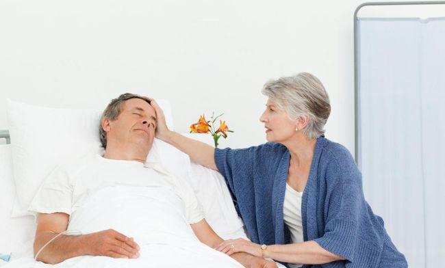 После инсульта с пострадавшим необходимо больше общаться и оказывать поддержку. Это позволит быстрее восстановиться человеку