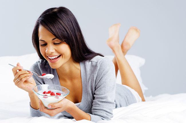 Приготовить йогурт в домашних условиях не так сложно, как кажется, а польза от него будет во много раз выше, чем от купленного в магазине