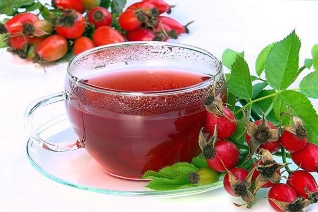 Отвар из ягод шиповника - эффективное народное средство для удаления перегара