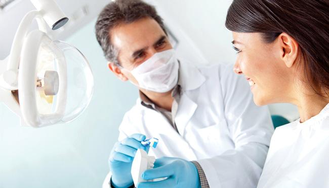 Перед отбеливанием зубов с помощью покупных препаратов, необходимо проконсультироваться со стоматологом, для подбора оптимального средства с индивидуальных особенностей