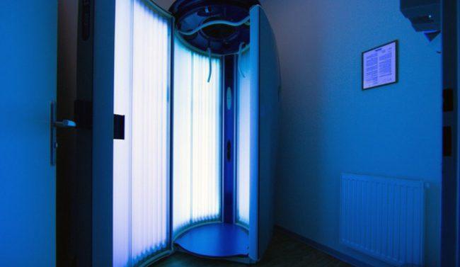 Вертикальные солярии отличаются большей мощностью, что позволяет получать более интенсивный загар за меньшее время, к тому же человек не имеет прямого контакта с внутренним стеклом кабины, что морально и физически защищает его гигиенические интересы