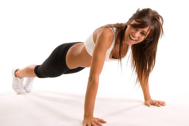 Отжимания выполняются из упора на носки или колени. Спина должна сохраняться в прямом положении. Руки лучше развести широко в стороны, чтобы увеличить нагрузку