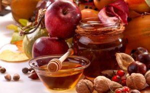 Среди многих сортов меда врачи советуют обратить внимание на такой уникальный сорт, как мед из каштана, поскольку он содержит уникальные полезные вещества и витамины