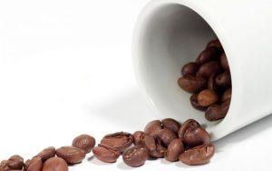 Для очищения кишечника с помощью клизмы можно использовать не только простую кипяченую воду, но и различные растворы, например раствор кофе, который помогает вывести токсические вещества