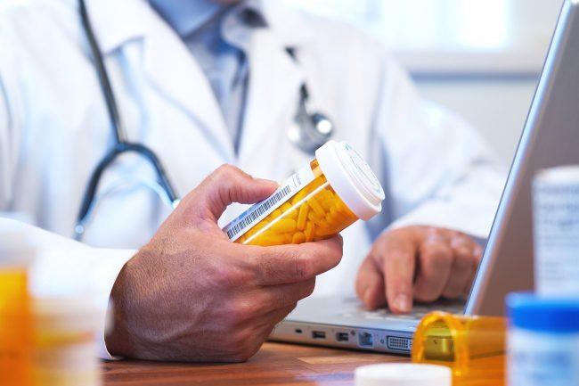 Медикаментозное лечение предполагает введение в организм лекарственных препаратов, которые способны облегчить симптоматики и устранить патогенный фактор. При этом отдается предпочтение внутримышечным или внутривенным инъекциям, так как они обеспечивают более быстрое начало действия препарата и не зависят от работы желудочно-кишечного тракта