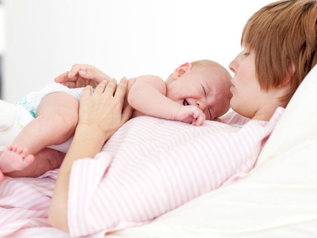 Чтобы успокоить ребёнка при коликах нужно обеспечить максимальный тактильный контакт, носите на руках и в слинге, практикуйте совместный сон, укладывайте на живот к себе себе, укачивайте на руках