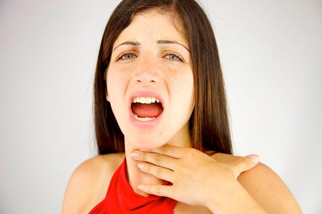 Одной из причин дискомфорта в горле может стать снижение функциональной активности органов пищеварения