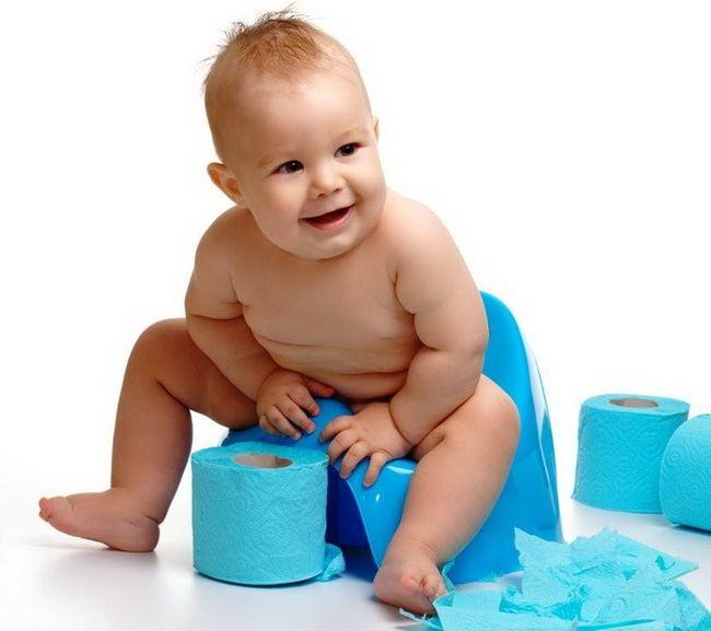 В первую неделю жизни испражнения младенца (меконий) имеют темно-зеленый цвет