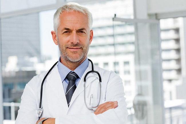 Корь опасное заболевание, она очень заразна, в 90% случаев не привитый человек заражается болезнью, в каждом десятом случае развивается тяжелейшая диарея, средний отит с возможной потерей слуха, в двадцати случаях корь вызывает пневмонию, в двух случаях из ста корь приводит к смерти