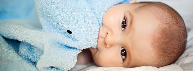 Независимо от того, есть ли волосы у младенца, примерно у каждого второго грудного младенца появляются себорейные корочки