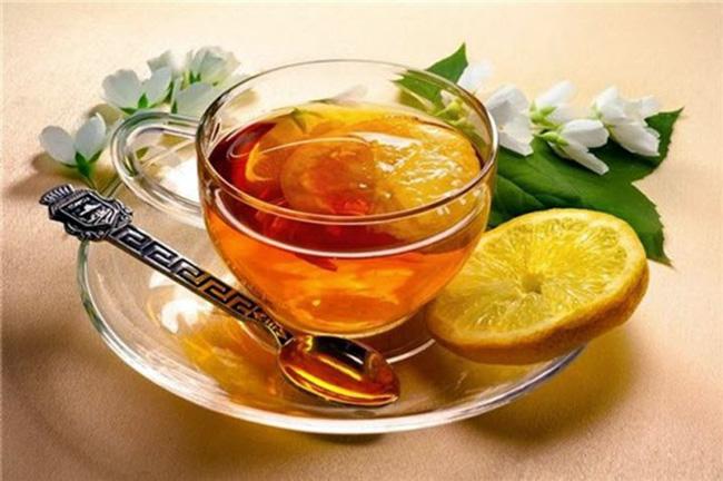 Чашка горячего чая с лимоном, приятное и эффективное средство для избавления от заложенности носа и сухих корочек
