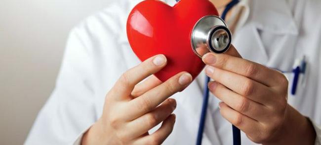 Коронарография – это метод исследования сосудов с помощью рентгенографии, которое позволяет точно указать место, где коронарная артерия сужена