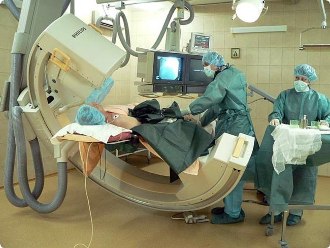 Коронарография проводится в кабинете рентгеноэндоваскулярной хирургии, с использованием местной или, при необходимости, общей анестезии. Время процедуры от 30 минут до 2 часов