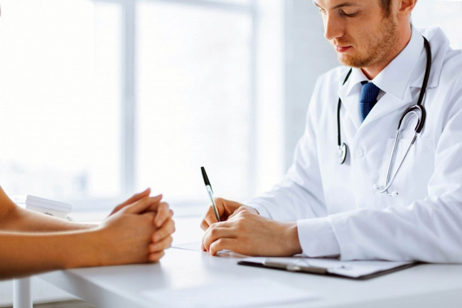 Перед проведением Коронарографии, врач информирует пациента о целях и этапах исследования, предупреждает о возможных осложнениях, после чего больной дает письменное согласие на проведение процедуры