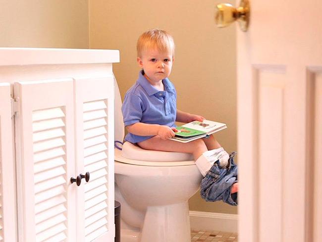 Обнаружив кровь в стуле рекомендуется сразу же обратиться к специалисту, а при появлении симптомов, представляющих угрозу для жизни малыша — незамедлительно вызвать «скорую помощь»
