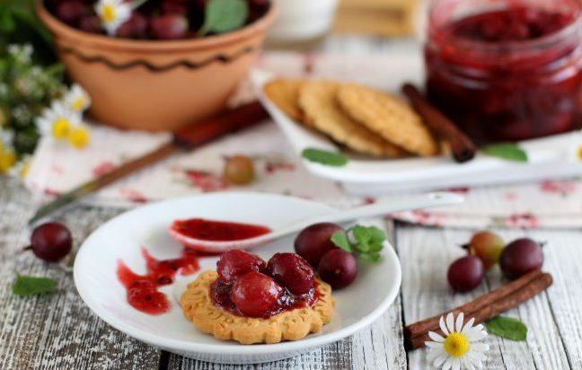 В народной медицине отвар плодов крыжовника используют для лечения маточных кровотечений. Стакан ягод проваривают в течение 15 минут в литре воды и выпивают полученный напиток за день